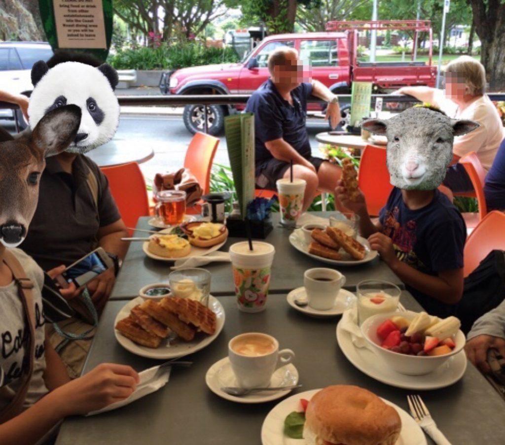 朝食はオープンカフェで海外気分を。