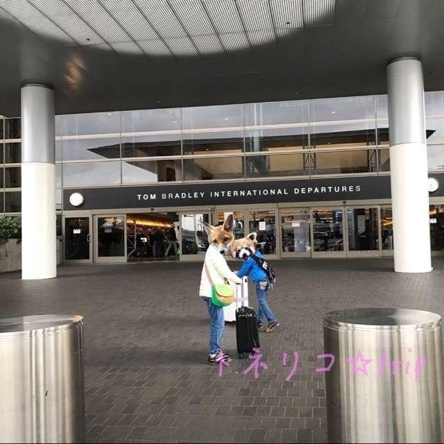 ロサンゼルス空港でのUBER/lyft のピックアップ(乗り場)。2階で看板を探そう!