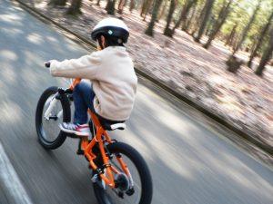 サイクリングする子供